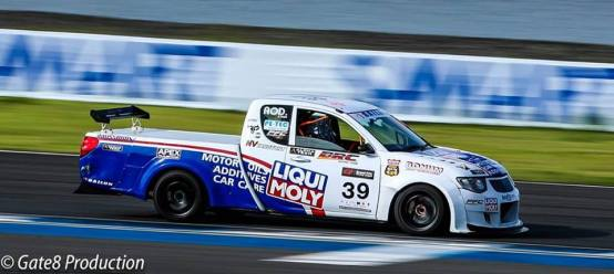 รถแข่งมิตซูบิชิ ไทรทัน ของ อ๊อด เอเทค นักแข่งรถผู้ใช้สายพานราวลิ้น BONUM